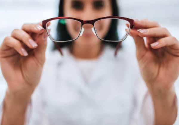Cara Membersihkan Kacamata Minus